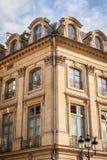 Exterior de una casa urbana histórica en París Fotografía de archivo libre de regalías