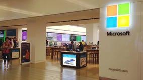Exterior de una tienda de Microsoft almacen de metraje de vídeo
