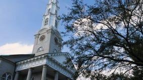 Exterior del día de la aguja de la iglesia presbiteriana independiente de la sabana metrajes
