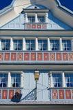 Exterior del edificio de madera tradicional de Appenzell en Appenzell, Suiza Foto de archivo