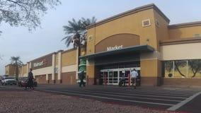 Exterior del edificio de tienda de Walmart almacen de metraje de vídeo