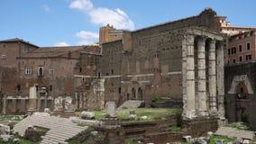 Exterior del foro antiguo Romanum de las ruinas en la cámara lenta Foro romano en el centro de la ciudad de Roma, Italia almacen de metraje de vídeo