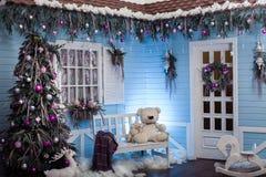 Exterior del invierno de una casa de campo con las decoraciones de la Navidad adentro Foto de archivo libre de regalías