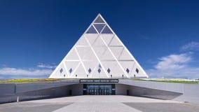 Exterior del palacio hyperlapse del timelapse del edificio de la paz y de la reconciliación en Astaná, Kazajistán metrajes