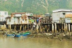Exterior del pueblo de los pescadores del Tai O con las casas y las motoras del zanco en Hong Kong, China Imagenes de archivo