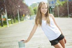 Exterior derecho de la muchacha adolescente de pelo largo joven Imagen de archivo libre de regalías