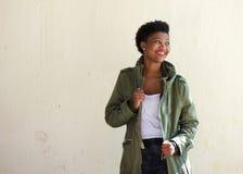 Exterior derecho de la mujer negra con la chaqueta verde imagen de archivo