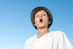 Exterior derecho del adolescente hermoso contra un cielo azul Imagen de archivo