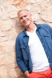 Exterior derecho del hombre adulto joven atractivo Fotografía de archivo libre de regalías
