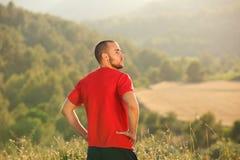 Exterior derecho sano del hombre joven en naturaleza Foto de archivo libre de regalías