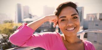Exterior derecho sonriente de la mujer para la conciencia del cáncer de pecho fotos de archivo libres de regalías
