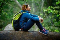 Exterior derecho sonriente del caminante de la mujer en bosque Fotos de archivo libres de regalías