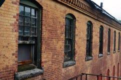 Exterior do embarcado acima e construção abandonada do hospital do asilo do tijolo com janelas quebradas fotos de stock