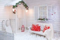Exterior do inverno de uma casa de campo com decorações do Natal foto de stock royalty free