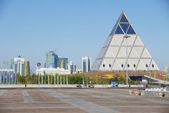 Exterior do palácio da construção da paz e da reconciliação em Astana, Cazaquistão Foto de Stock