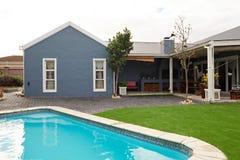 Exterior do quintal de uma casa suburbana moderna Fotografia de Stock Royalty Free