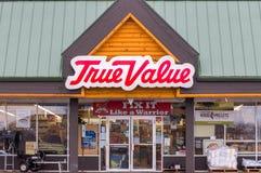 Exterior e logotipo da loja de ferragens do valor verdadeiro foto de stock