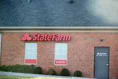 Exterior e logotipo de State Farm Insurance State Farm é um grupo de empresas do seguro e de serviços financeiros no Estados Unid imagem de stock