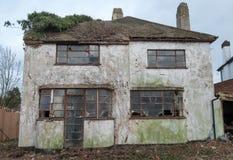 Exterior en 1930 del estilo construido casa abandonada del deco de s, grada Reino Unido imagenes de archivo