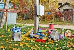 Exterior esquecido quebrado velho nenhumas crianças de nome brinca no outono v fotos de stock