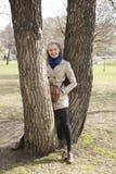Exterior feliz sonriente de la mujer bastante rubia de los jóvenes en cierre del parque de la primavera para arriba, concepto de  Fotos de archivo libres de regalías