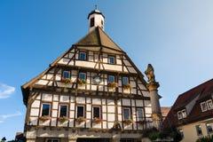 Exterior Front Outdoors Blue Sky del Ayuntamiento de Blaubeuren Rathaus Foto de archivo libre de regalías