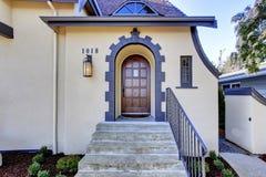 Exterior inglês da casa do tutor Patamar da entrada com escadas imagem de stock royalty free