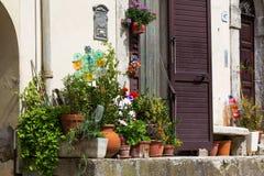 Exterior italiano de la casa adornado con las plantas en conserva Imágenes de archivo libres de regalías