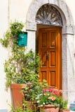 Exterior italiano de la casa adornado con las plantas en conserva Fotografía de archivo libre de regalías