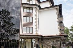 Exterior moderno del edificio Fachada de una construcción de viviendas moderna Edificio complejo del hotel de las vacaciones, con fotos de archivo libres de regalías