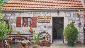 Exterior montenegrino tradicional del ahumadero fotos de archivo