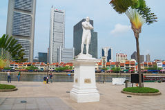 Exterior of the Sir Thomas Stamford Bingley Raffles statue with modern buildings at the background in Singapore, Singapore. SINGAPORE, SINGAPORE - AUGUST 05 Royalty Free Stock Photography
