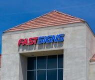 Exterior varejo e logotipo de Fastsigns Foto de Stock Royalty Free