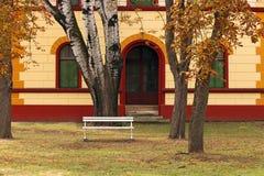 Exterior velho e árvores da construção Imagem de Stock