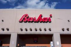 Exterior vermelho da construção do sinal da mercearia do supermercado de Bashas em Sedona o Arizona fotos de stock royalty free
