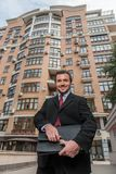 Exterior y sonrisa derechos jovenes del hombre de negocios fotos de archivo