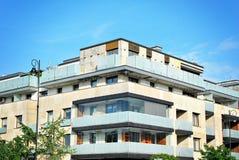 Exteriores modernos dos prédios de apartamentos Imagens de Stock Royalty Free