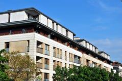 Exteriores modernos dos prédios de apartamentos Fotos de Stock Royalty Free