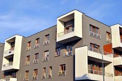 Exteriores modernos dos prédios de apartamentos Imagens de Stock