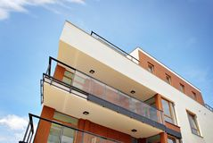 Exteriores modernos dos prédios de apartamentos Fotos de Stock