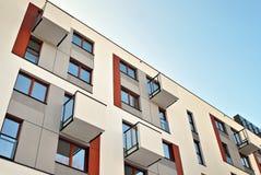 Exteriores modernos dos prédios de apartamentos Fachada de um prédio de apartamentos moderno Fotos de Stock
