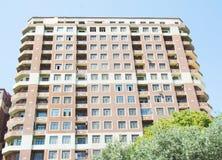 Exteriores modernos dos prédios de apartamentos no dia ensolarado fotos de stock