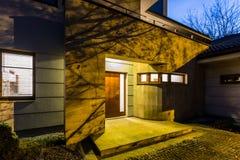 Extern mening losgemaakt huis bij nacht stock foto's