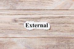 EXTERNAL слова на бумаге Концепция Слова EXTERNAL на деревянной предпосылке стоковое фото rf
