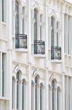 External des weißen Gebäudes mit Balkon Stockfotografie