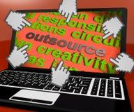 Externalice el contrato de los medios de la pantalla del ordenador portátil hacia fuera al Freelancer ilustración del vector