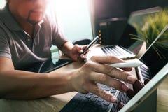 Externalize o colaborador que trabalha no portátil de trabalho Comput da mesa de mármore fotos de stock