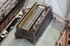Externe airconditioningseenheden op een dakbovenkant royalty-vrije stock fotografie