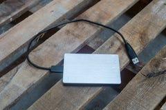 Externe Festplatte auf dem Holz Stockbild