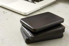 Externe Festplatten und Laptop-Tastatur Stockfotos